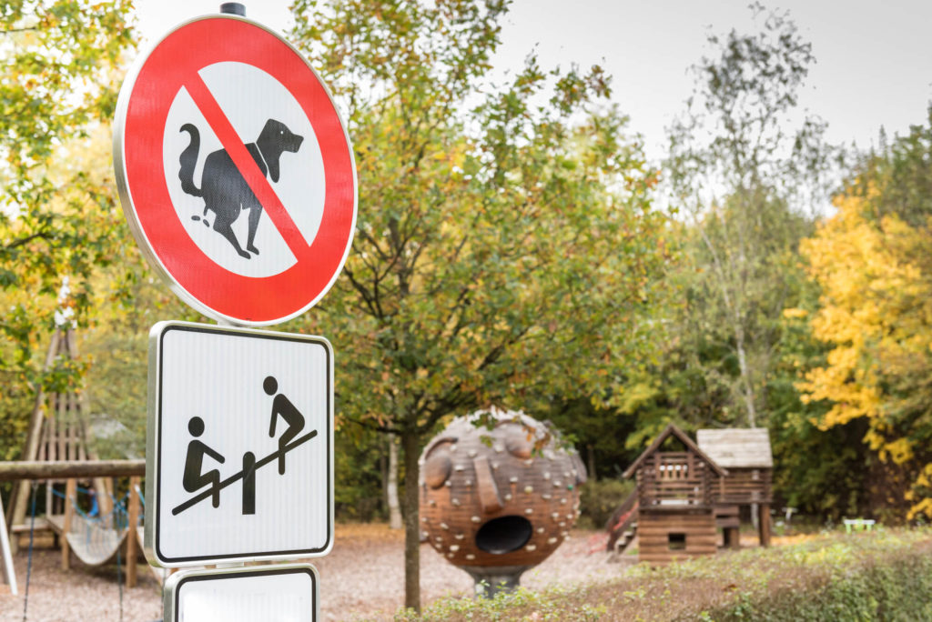 Hundeverbot - hier dürfen Welpen nicht ihr geschäft verrichten - Spielplatz